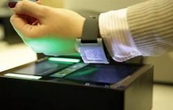 Karta pokładowa na zegarku smartwatch