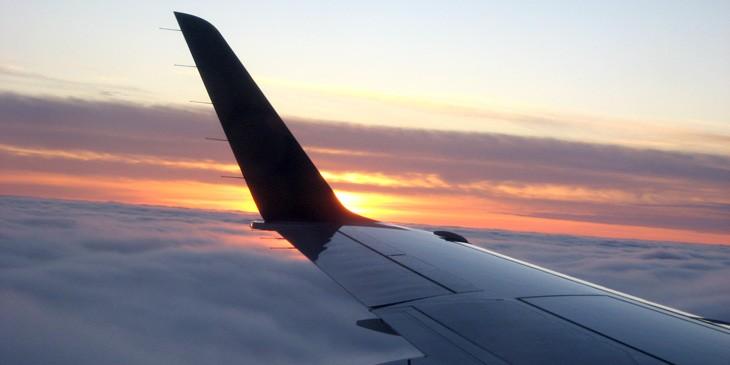 Skrzydło samolotu przy zachodzie słońca
