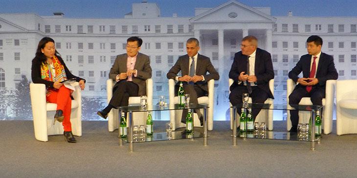 Paneliści dyskutujący o inwestorach z Chin i Dalekiego Wschodu