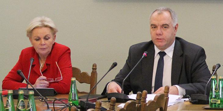 Jacek Sasin, przewodniczący Sejmowej Komisji Finansów Publicznych. Z lewej: Krystyna Skowrońska, wiceprzewodnicząca Komisji.