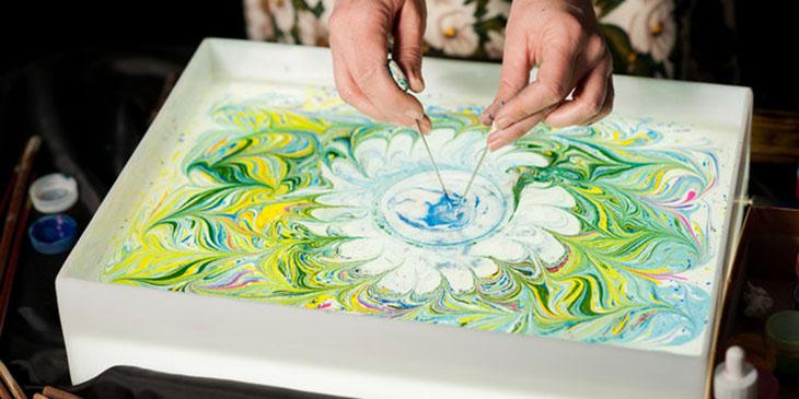 Ebru jest to turecka, licząca kilkaset lat sztuka malowania na wodzie