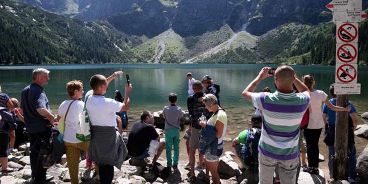 Rocznie Morskie Oko odwiedza milion turystów (PAP/ Grzegorz Momot)