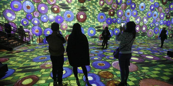"""""""Cyfrowy"""" Gustav Klimt w paryskim w Atelier des Lumieres"""