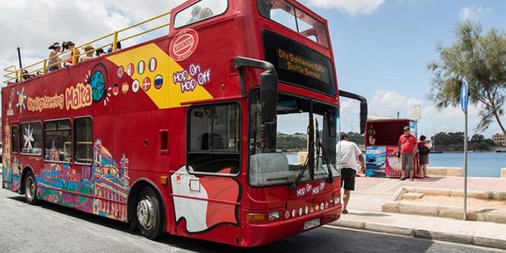 Malta: piętrowy autokar