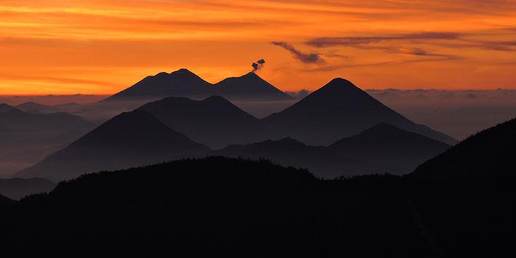 Gwatemalskie wulkany widziane z wulkanu Santa Maria
