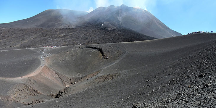 Rejon Torre del Filosofo, na pierwszy planie krater Barbagallo, w tle dymiące partie szczytowe Etny