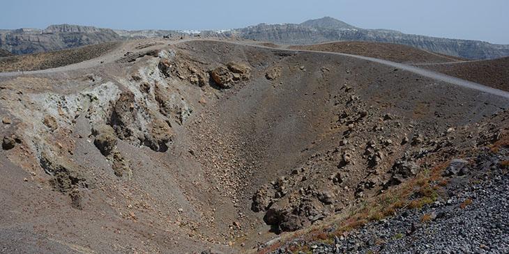 Kratery wulkanu-wyspy Nea Kameni, w tle Santorini