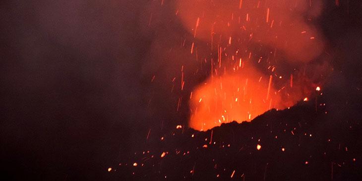 Erupcja z jednego z otworów wulkanu Stromboli