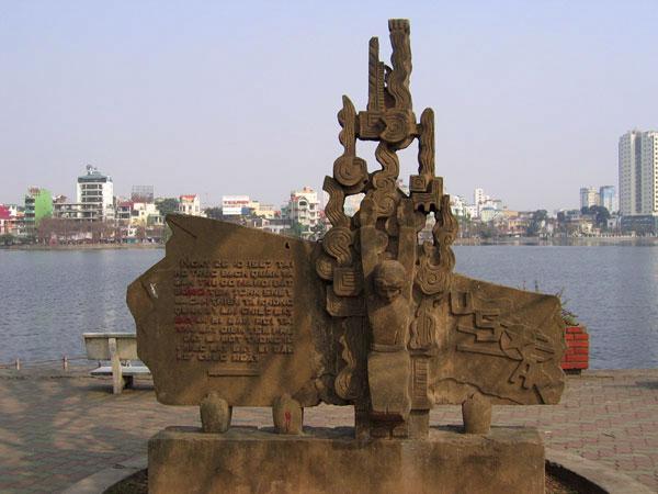 Pomnik pamięci Johna McCaina nad jeziorem Truc Bach w Hanoi