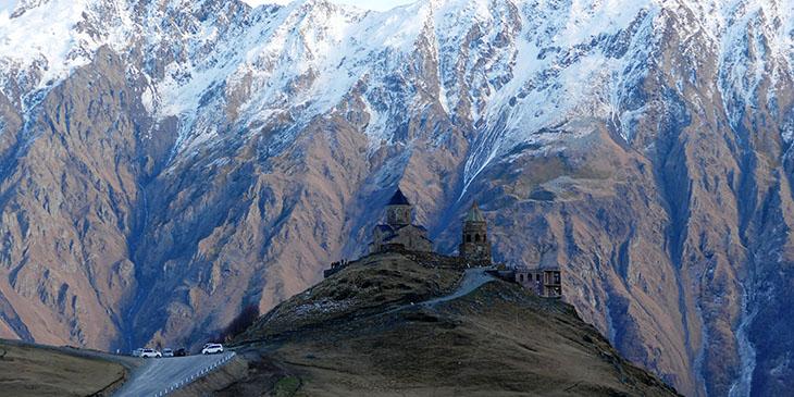 Cminda Sameba – prawosławny klasztor położony w pobliżu miasteczka Stepancminda na tle szczytów Kaukazu. Jedno z najczęściej odwiedzanych  miejsc w Gruzji.