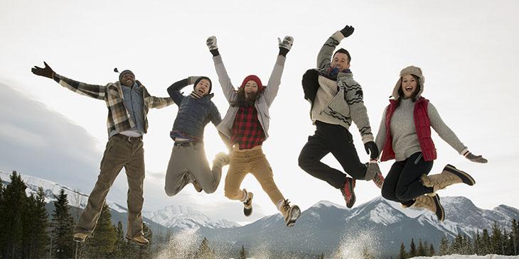 Młodzi ludzie w górach