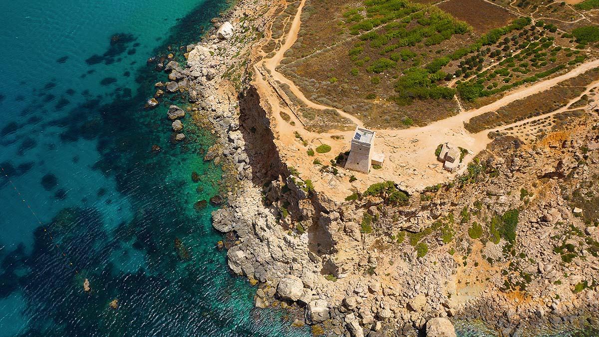 Z Xemxija do Għajn Tuffieħa