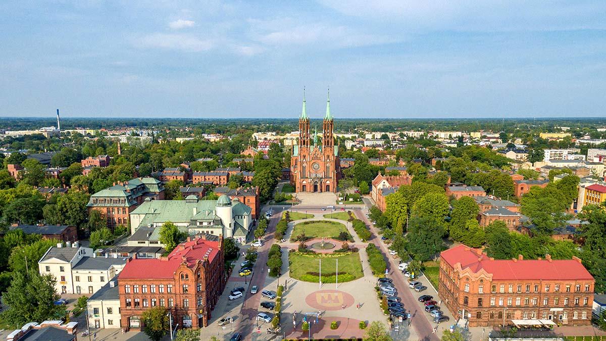 Widok osady fabrycznej i kościoła farnego z lotu ptaka