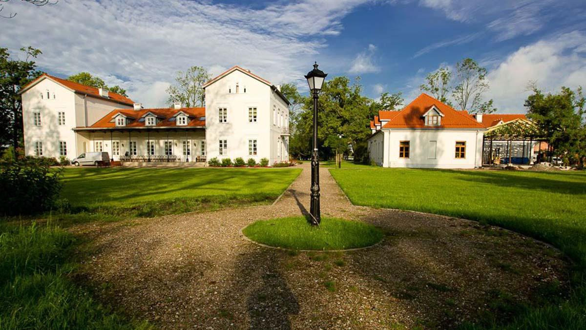 Pałac i Folwark Łochów