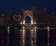 Jasne serca rozświetlają fasady dubajskich hoteli
