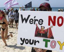 Izraelczycy protestują na plaży przeciwko ograniczeniom