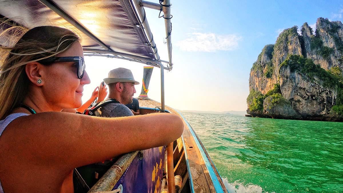 Turyści na łódce w Tajlandii