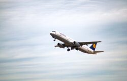 Lufthansa zmniejszyła kwartalną stratę do miliarda euro
