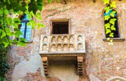 Kolejka pod najsłynniejszym balkonem świata