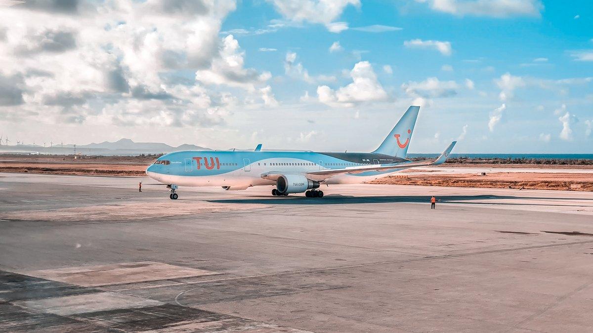 Samolot TUI na lotnisku