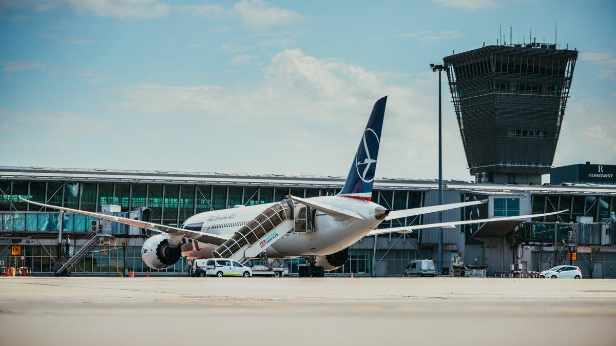 Samolot na pasie startowym Lotniska Chopina