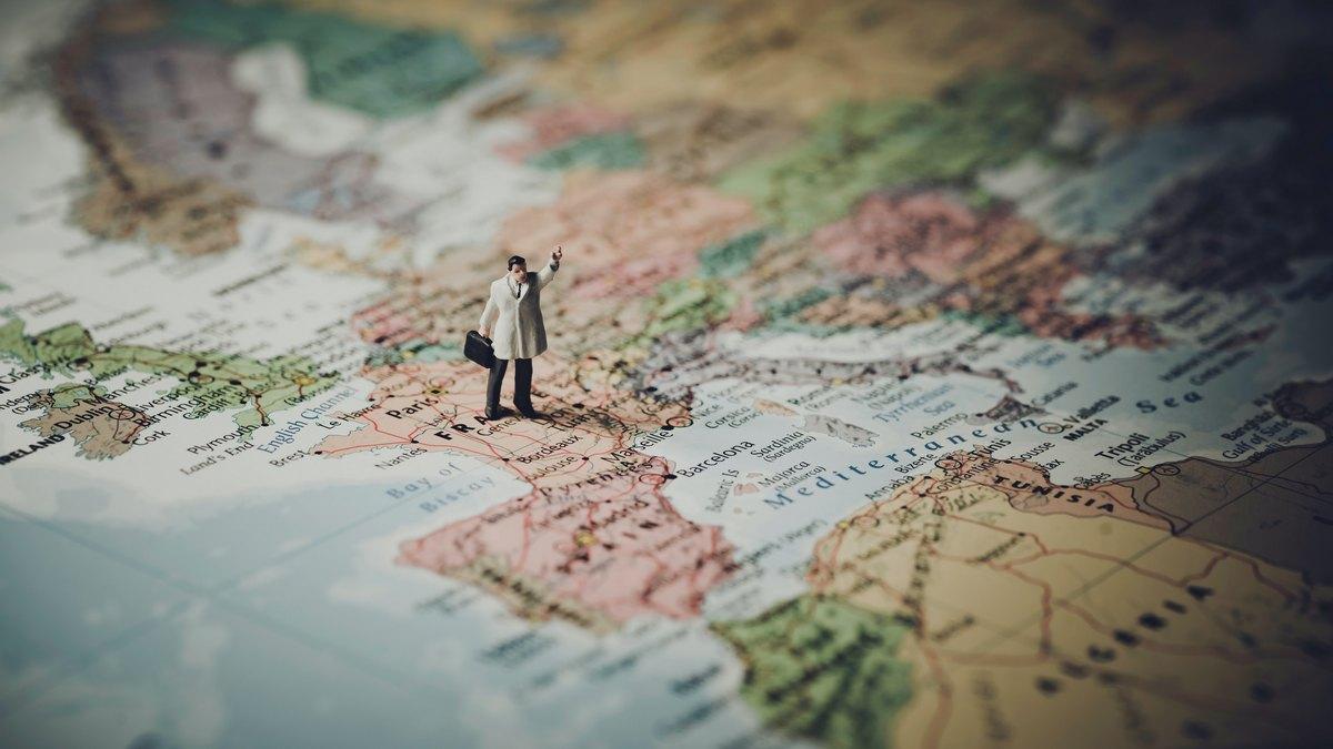 Figurka mężczyzny stojącego na mapie Wielkiej Brytanii