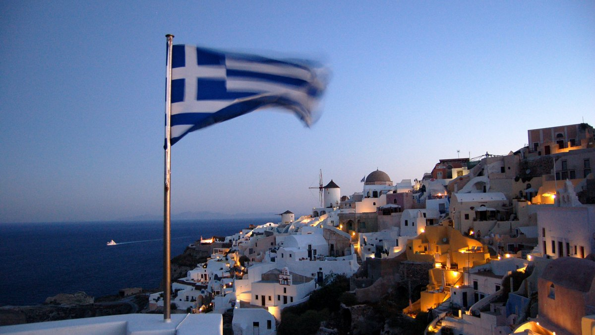 Flaga Grecji na tle miasta