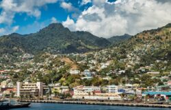 Erupcja wulkanu na Karaibach. Statki wycieczkowe pomagały ewakuować tysiące ludzi z St Vincent