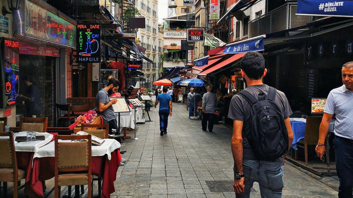 Turyści na ulicy w Turcji
