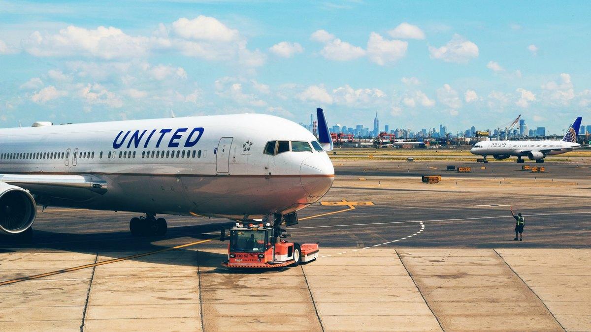 Samolot United Airlines na pasie startowym