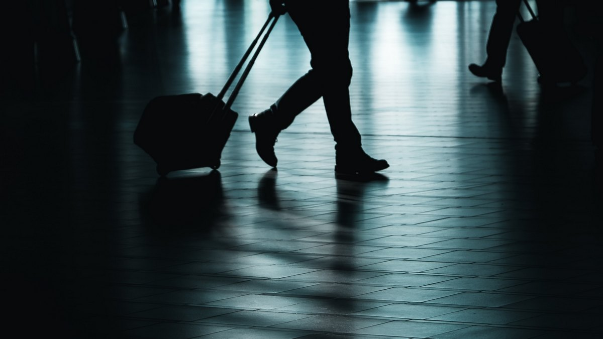 Mężczyzna z walizką na lotnisku