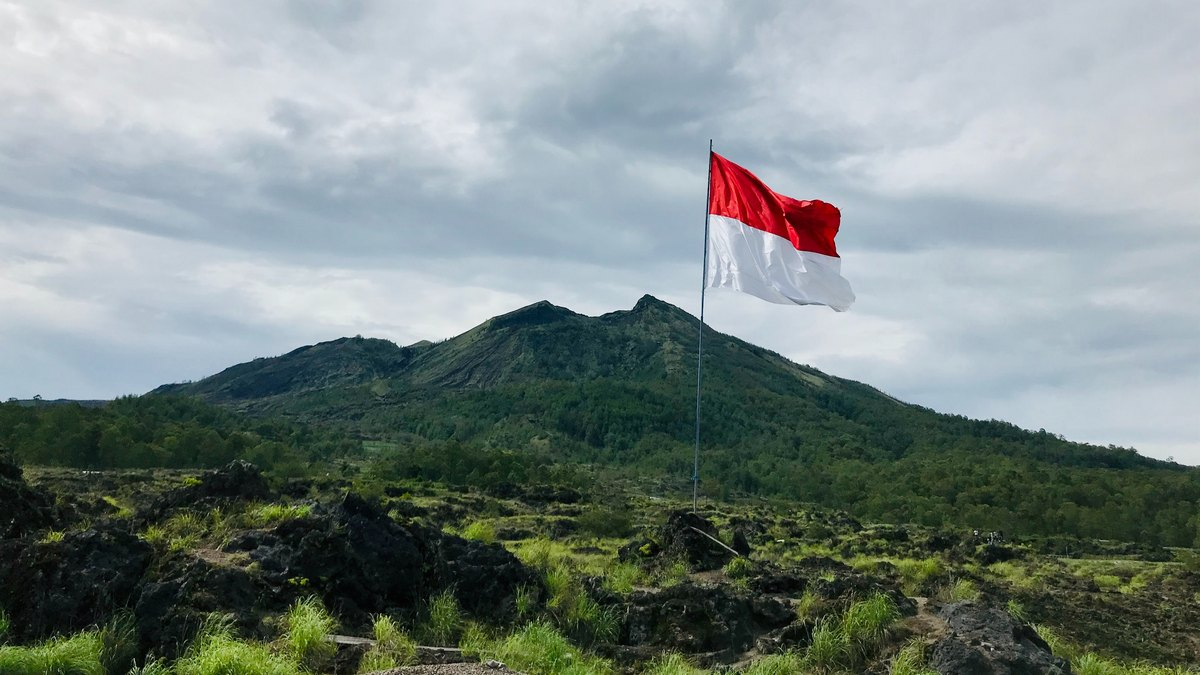 Flaga Indonezji na tle krajobrazu