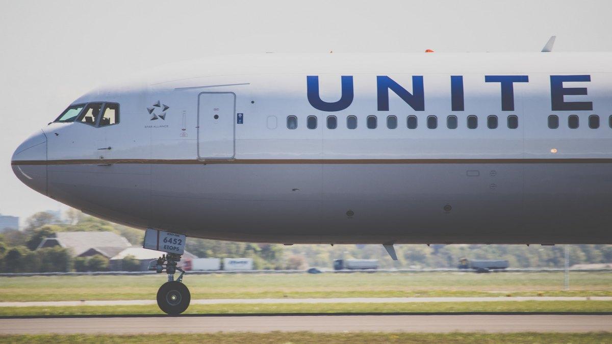 Samolot linii United na pasie startowym