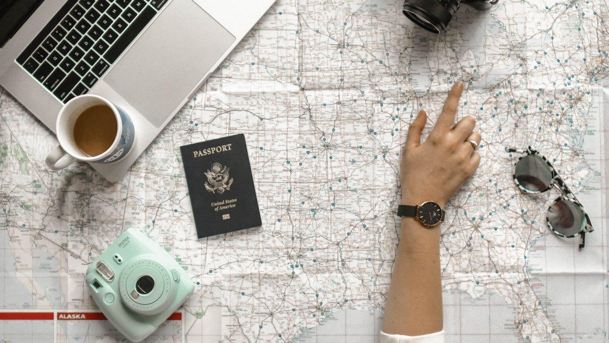 Turystka planująca podróż
