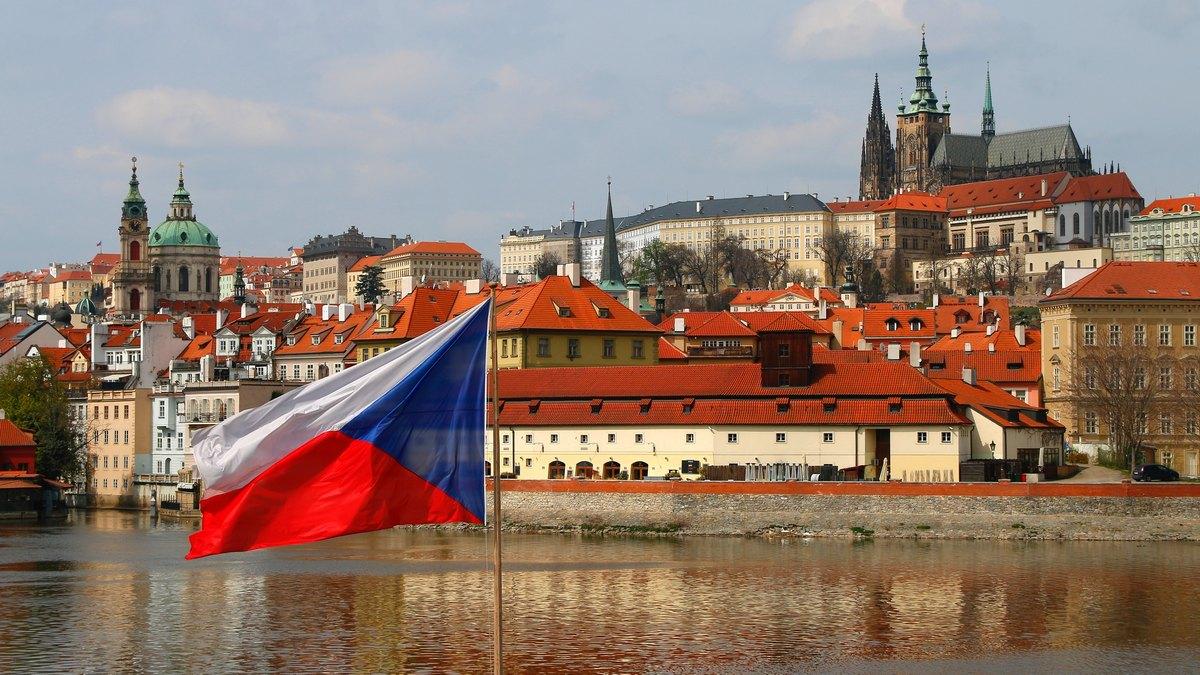 Flaga Czech na tle Pragi