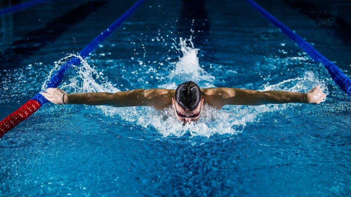 Sportowiec pływający w basenie