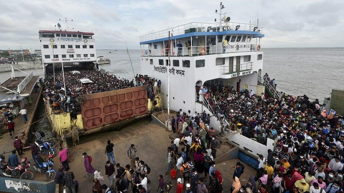 Promy pełne pasażerów na terminalu w Munshiganj na obrzeżach Dhaki.