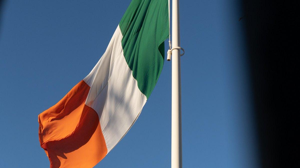 Flaga Irlandii na maszcie