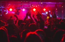 Wielka Brytania: paszporty covidowe w klubach nocnych?